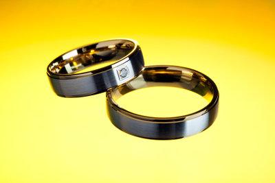 Den Ring mit einem Diamanten schmücken lassen.