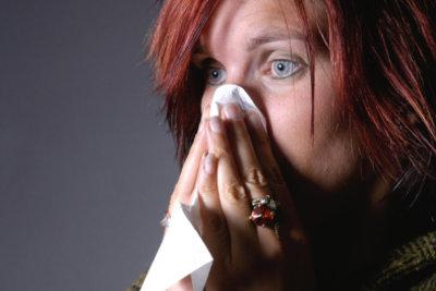 Die Nasenspülung befreit die Nase.