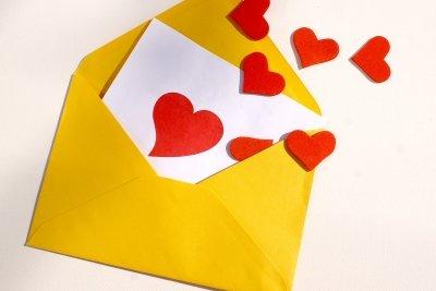 Ihre Freundin mit einem handgeschriebenen Liebesbrief überraschen.