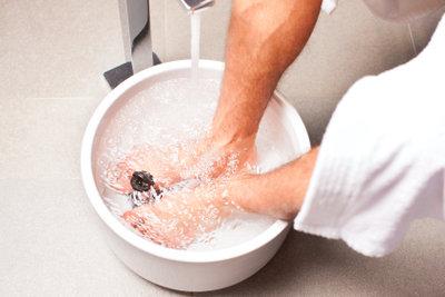 Ein Fußbad hilft gegen müde Füße.