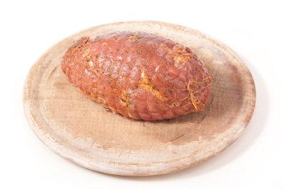 Ein Rollbraten schmeckt super mit einer Füllung aus Pilzen.