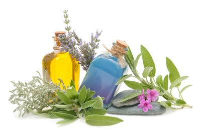Parfum lässt sich mit den passenden Basisstoffen auch selbst herstellen.