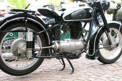 Beim Motorrad die Reifen wechseln