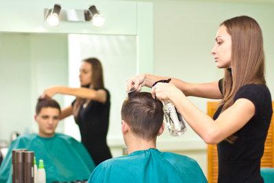 Braune Haare mit dem richtigen Styling akzentuieren.