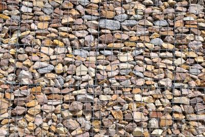 Mit verschiedenfarbigen Steinen sieht Ihr Zaun interessant aus.