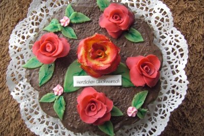 Aus Marzipan lassen sich nicht nur Rosen, sondern auch Marienkäfer einfach selber machen.