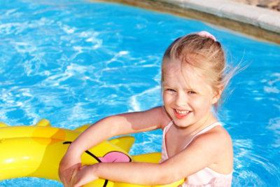 Kleine Mädchen baden gerne.
