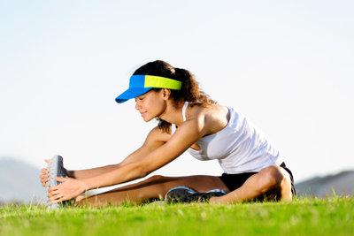 Dehnübungen helfen gegen schwere Beine nach dem Sport.