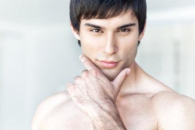 Die richtige Pflege hilft gegen fettige Haut.
