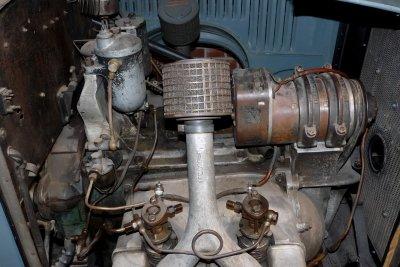 Ein nostalgischer Dieselfilter sitzt oben links.