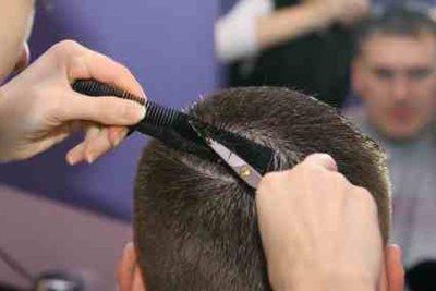 Lassen Sie sich eine Boateng-Frisur schneiden.
