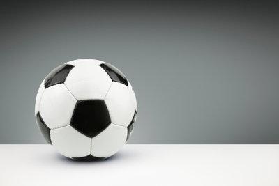 Basteln Sie einen Fußball aus Pappmaschee
