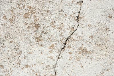 Durch Risse im Beton dringt Wasser ein.