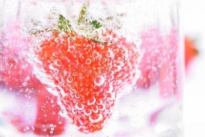 Kohlendioxidbläschen docken an eine Erdbeere an.