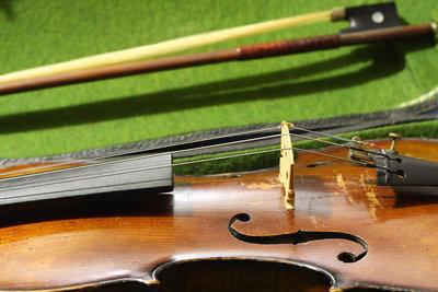 Der Name Stradivari würde im Inneren stehen.