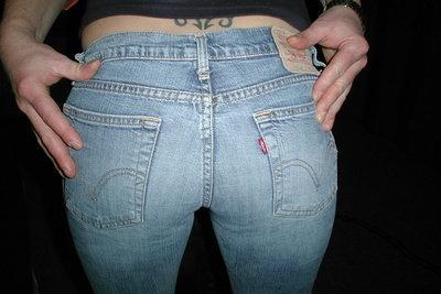 Die Doppelnähte bei Jeans können einfach aufgetrennt werden.