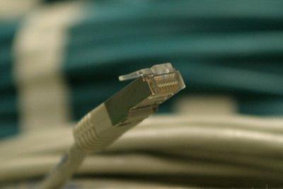 Ein Netzwerkkabel ist stabiler als Funknetzwerk.