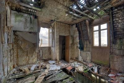 Unbehandelt zerstört der Holzschwamm Häuser.