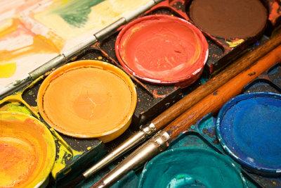 Frühlingsdekorationen werden mit Wasserfarben besonders schön.