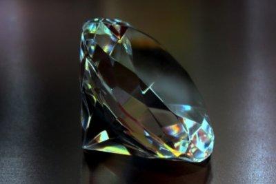 Ein Diamant im Brillantschliff wird auch als Brillant bezeichnet.