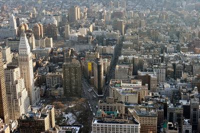 Eine Stadt stellt einen urbanen Raum dar.