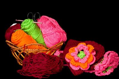 Aus Wollresten lassen sich schöne Häkelblüten herstellen.