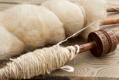 Mit einer Handspindel spinnen Sie Wolle