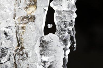 Salz senkt den Gefrierpunkt von Wasser.