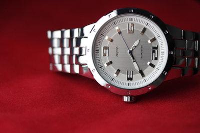 Beim Arbeiten ist es oft wichtig, an welchem Handgelenk man die Uhr trägt.