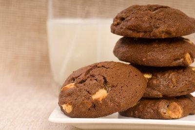 Schoko-Cookies sind besonders lecker zu einem Glas Milch.
