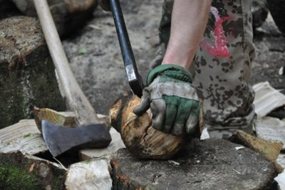 Brennholz zu werben, ist meist schwere Arbeit.