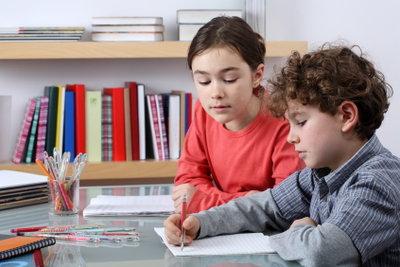 Mit viel Übung lernen Kinder das richtige Schreiben.