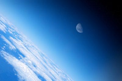 Fällt der Mond auf die Erde?