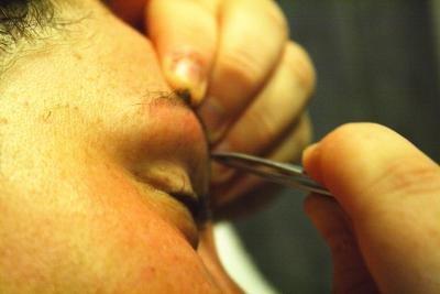 Mit der richtigen Technik fette Augenbrauen zupfen