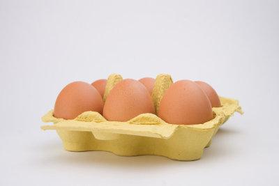 Bereiten Sie aus Eiern eine Einlage für eine Suppe zu.