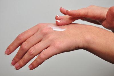 Gegen trockene Hände hilft permanente Pflege.