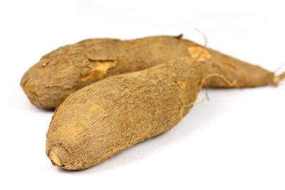 Die rohe und ungeschälte Maniok-Wurzel als Grundzutat für Fufu.