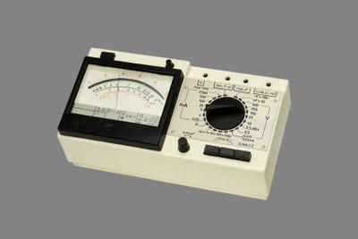 Mit dem Multimeter Gleichstrom aus dem Generator mit Trommelanker messen
