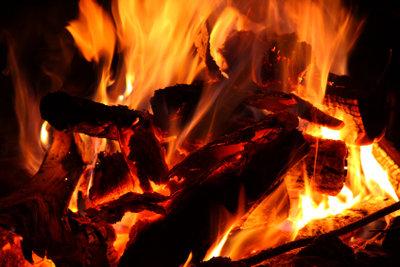 Ein Kaminfeuer ist besonders kostengünstig.