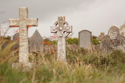 Ein alter irischer Friedhof: Die Gräber verwildern, bleiben aber dauerhaft.