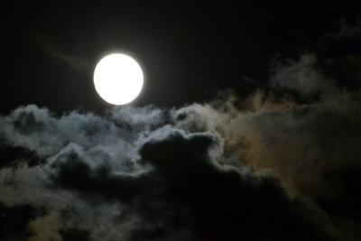 Der Mond wirkt weißer, weil er höher steht.