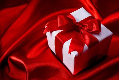 Verschönern Sie Ihren Adventskalender mit Geschenkschachteln.