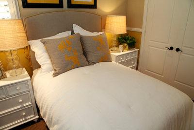Ein Bettkopfteil mit Stoff überziehen.