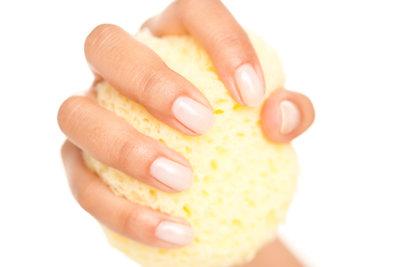 Pflegen Sie Ihre Hände sowie die Nagelhaut täglich.