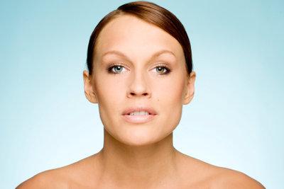 Mit den richtigen Kosmetikprodukten gelingt das hitzebeständige Make-up.