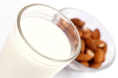 Mandelmilch ist eine vegane Alternative zu Kuhmilch.