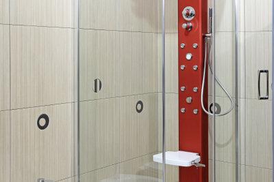 Eine Duschkabine bietet viel Fläche für eine Glasdekorfolie.