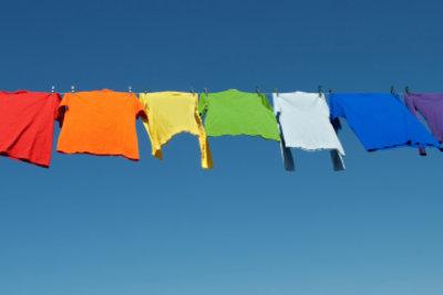 Auch farbige Wäsche können Sie mit einer milden Bleiche behandeln.