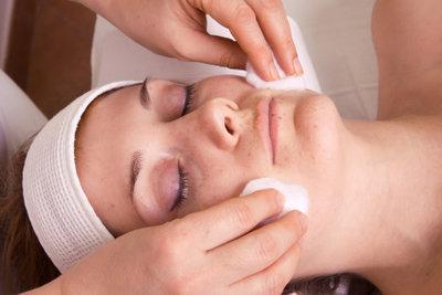 Sie können Kosmetik als Fernstudiengang und an Kosmetikschulen studieren.