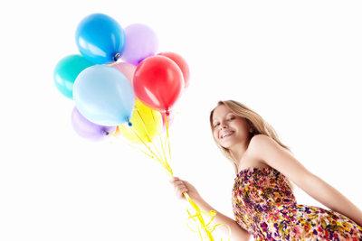 Das Edelgas Helium ist von Ballonfüllungen bekannt.